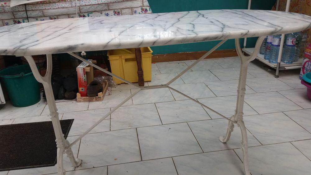 Table  plateau marbre , pieds en fer forgé  40 Locon (62)
