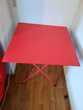 Table pliable rouge.