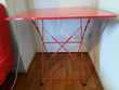 Table pliable rouge. Meubles