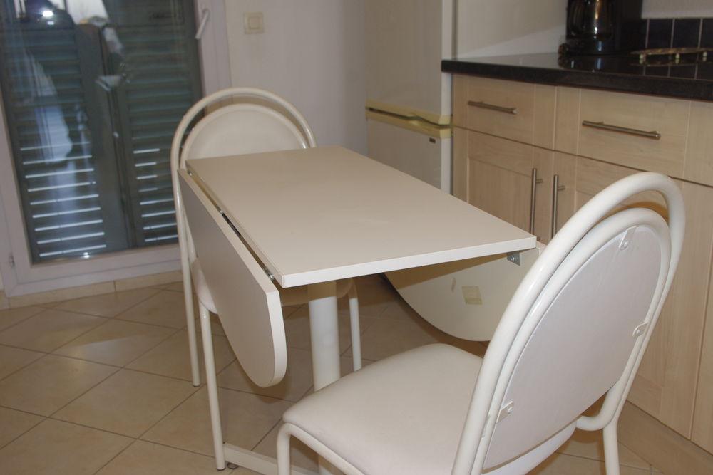 table pliante blanc mélaminé état neuf et ses deux chaises 50 Fréjus (83)
