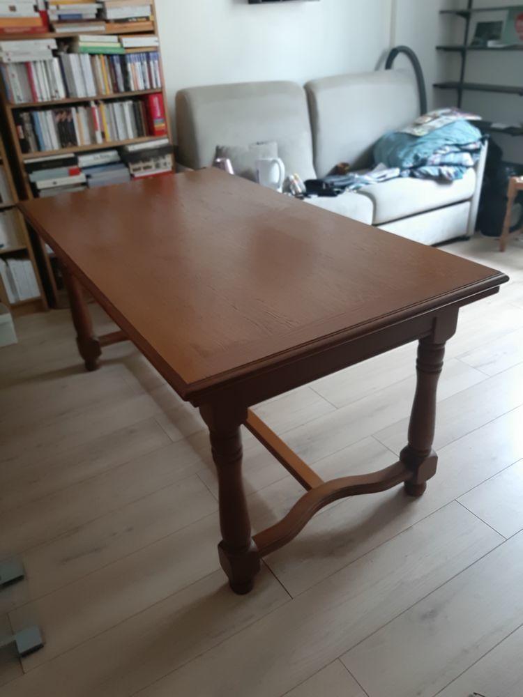 Table à rallonges en bois massif et ses 4 chaises.