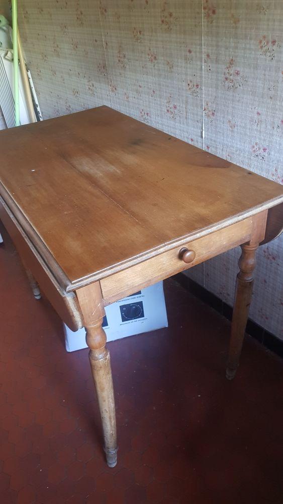 Table Ronde ancienne avec tiroir 35 Brunoy (91)