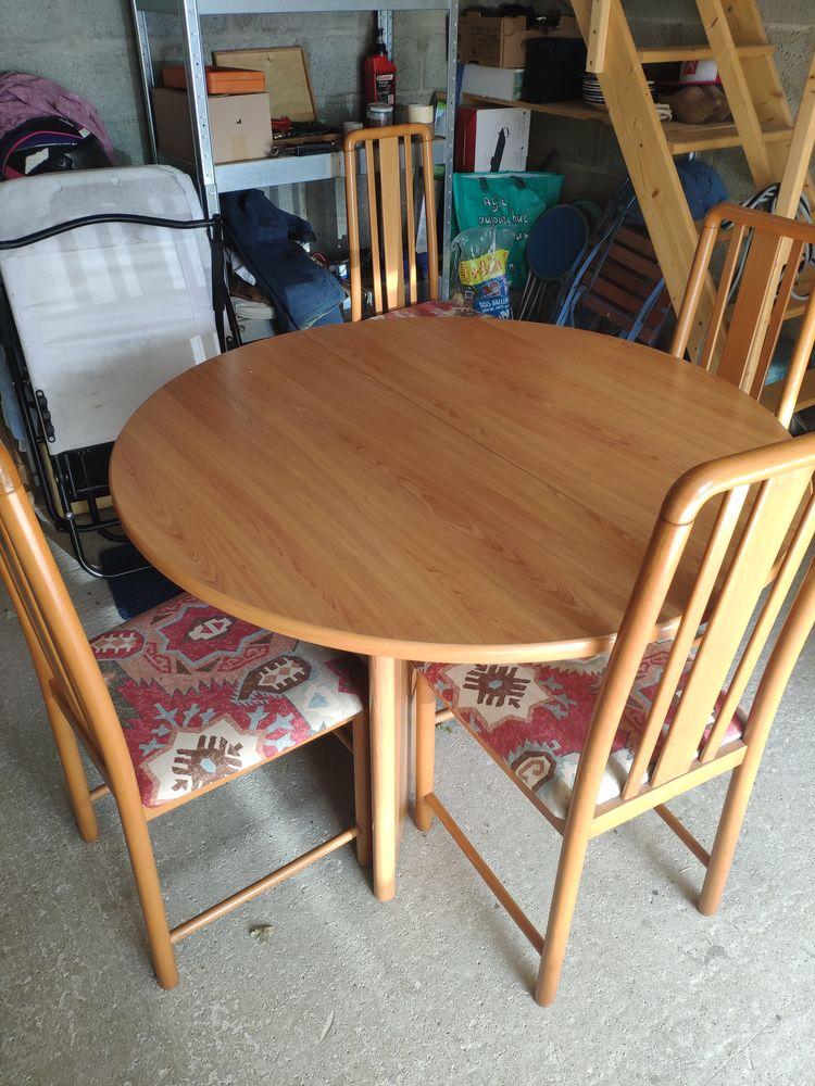 Table ronde avec une rallonge et quatre chaises 150 Le Tour-du-Parc (56)