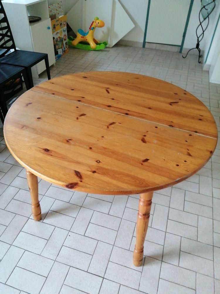 Table ronde en bois 30 Fleuré (86)
