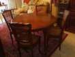 Table ronde, + Chaises, en Merisier, en très bon état.