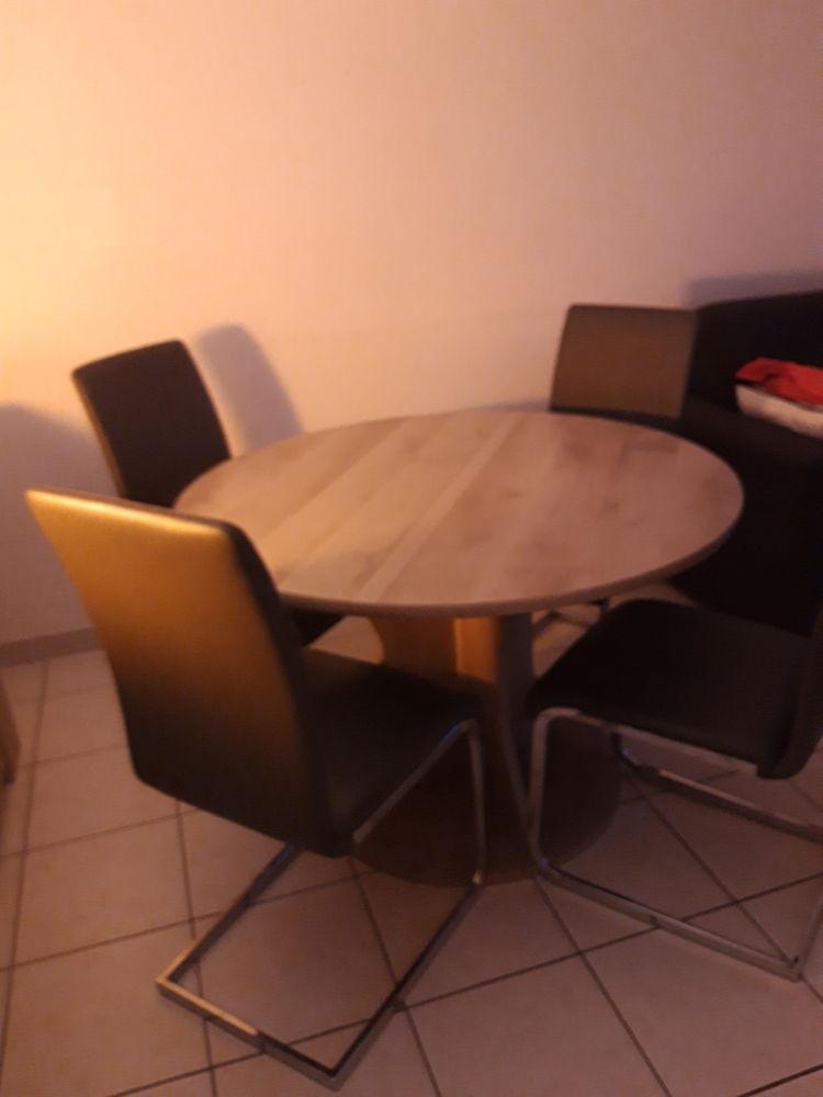 table ronde et 4 chaises 200 Nimes (30)