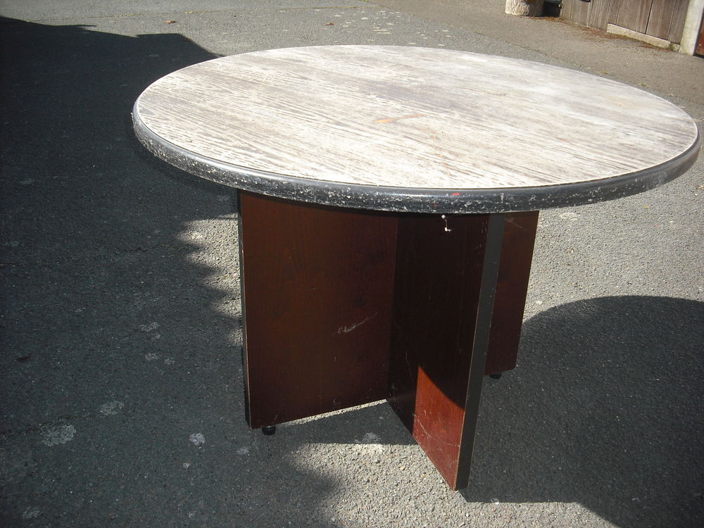 table ronde de 1 10 de diametre solide et démontable 40 Segré (49)