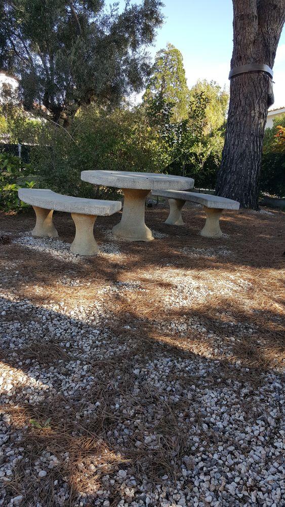 Table ronde jardin en pierre et ses 2 bancs