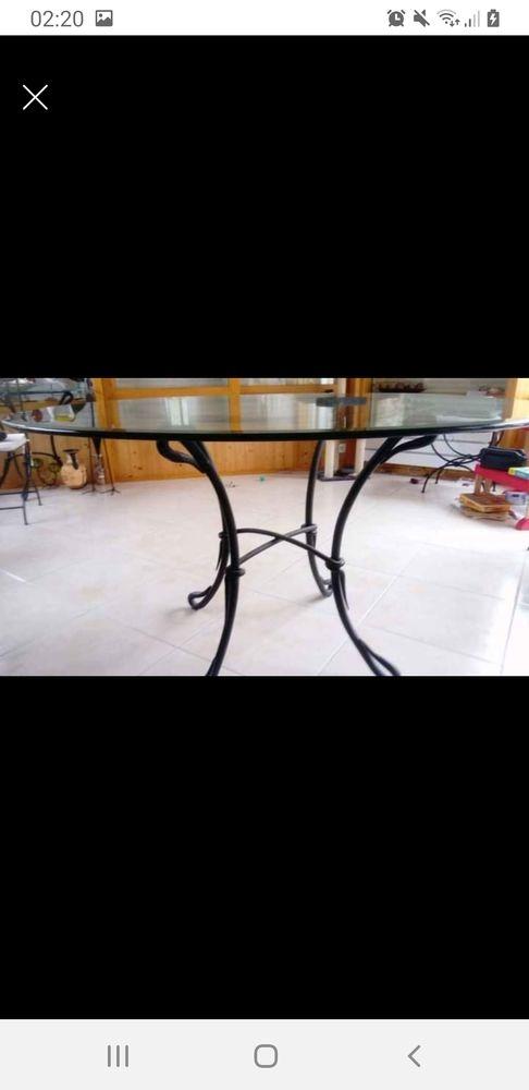 une table ronde verre , fer forgé. 180 Saint-Germain-sur-Moine (49)