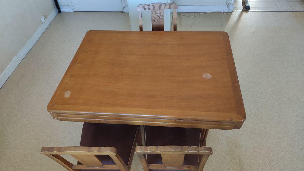 Une table de salle à manger et ses quatre chaises 50 Cahors (46)