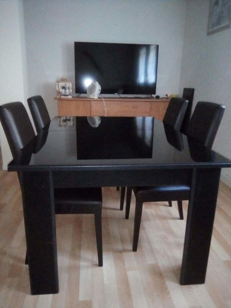 Table salle à manger moderne avec 2 verre posé dessu  120 Chalon-sur-Saône (71)