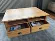 Table de salon en bois avec 4 tiroirs. Meubles