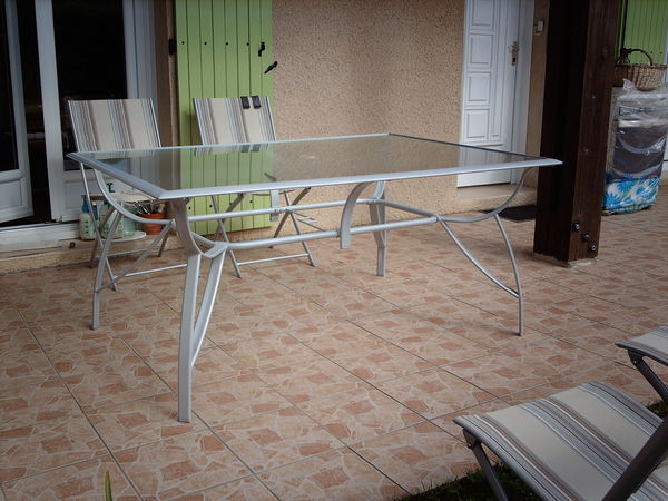 Table salon de jardin plateau verre des for Fabriquer table jardin