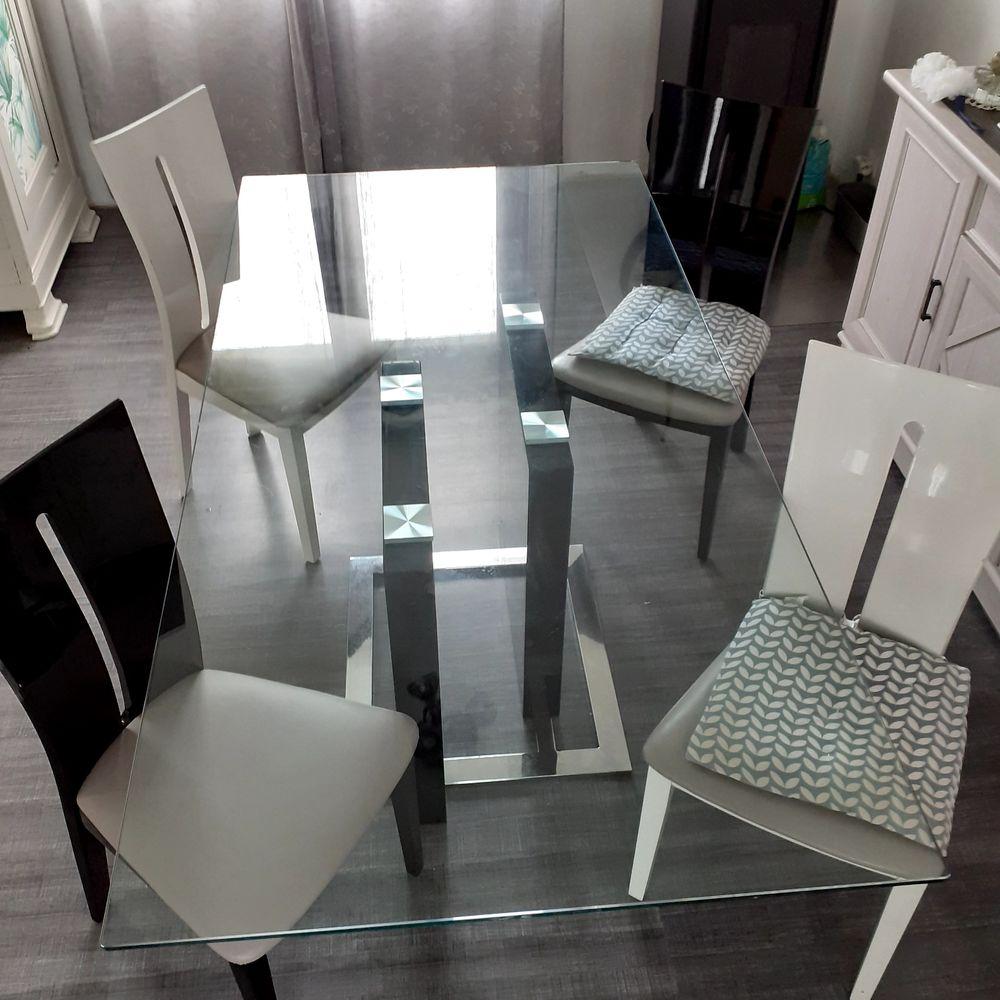 Table en verre et 4 chaises 250 La Gacilly (56)