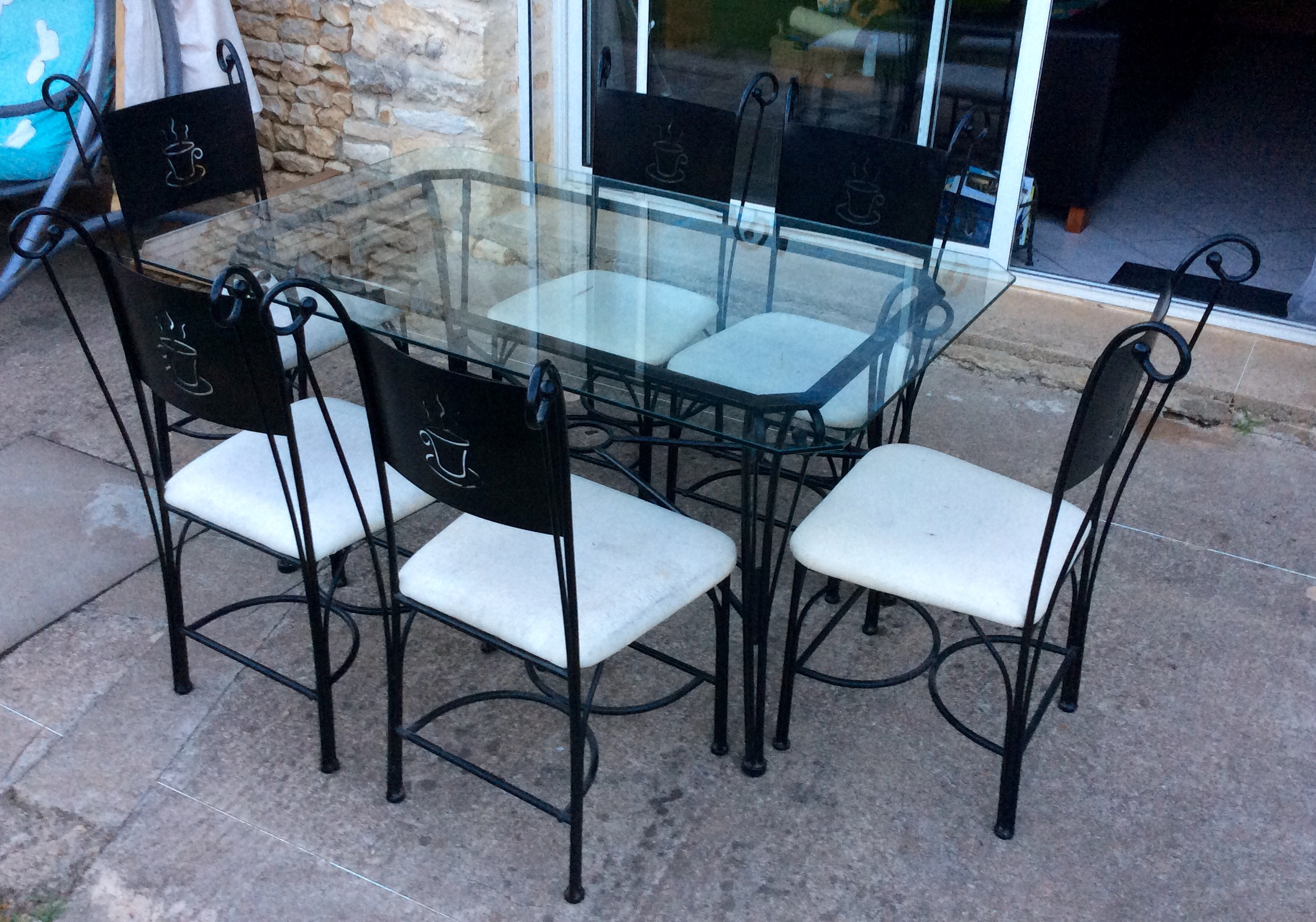 Table en verre fer forge et chaises for Table tv en verre