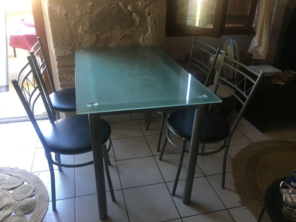 Table en verre et ses quatre chaises. 60 Villeneuve-sur-Lot (47)