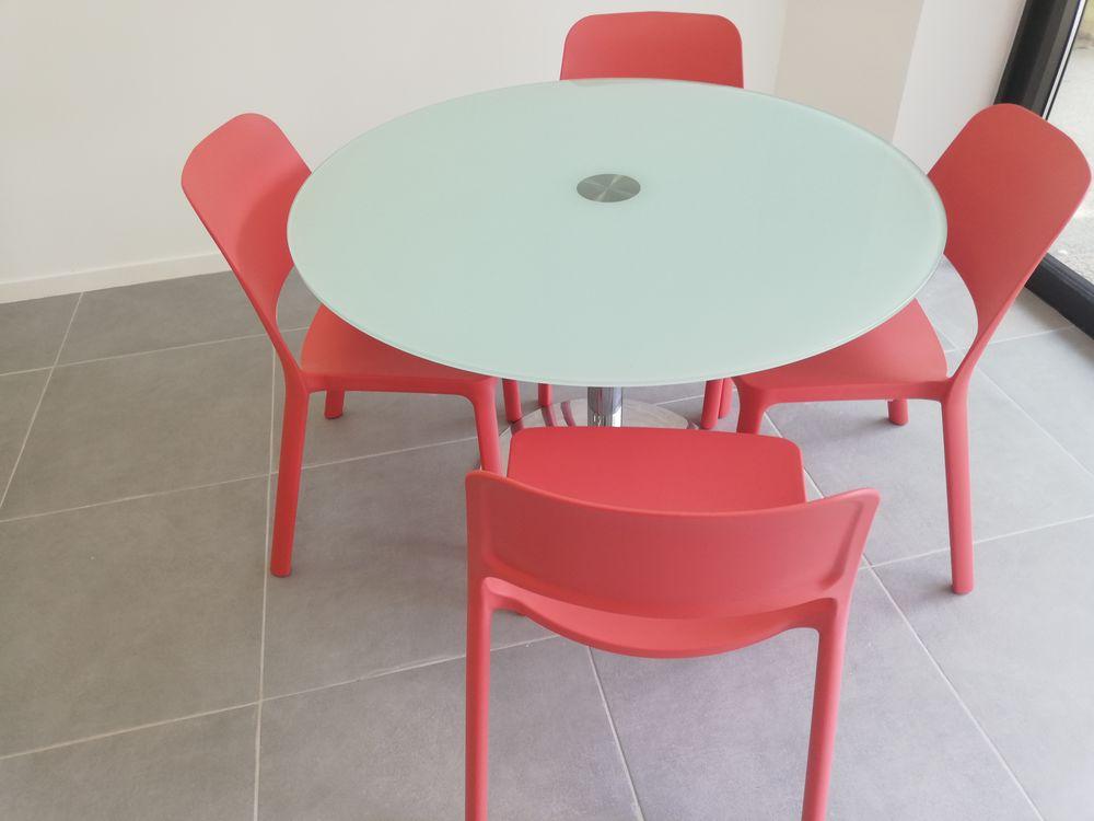 Table en verre trempée diamètre 1m10 et 4 chaises neuves 320 St Aygulf (83)