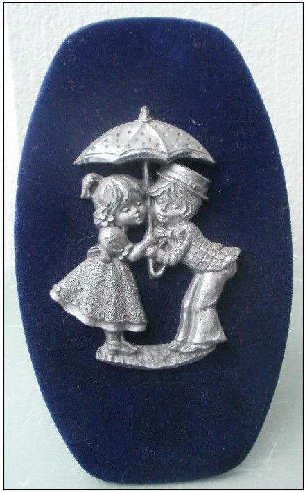 Tableau en étain sur velours bleu (enfants sous parapluie) 8 Montauban (82)
