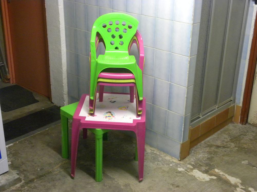 2 tables et 4 chaises enfant. 5 Amnéville (57)
