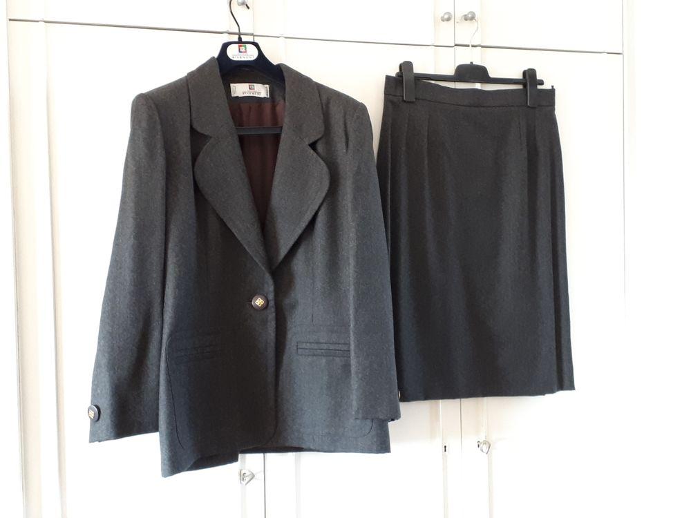 Tailleur gris GIVENCHY AUTHENTIQUE - 42 - EXCELLENT ÉTAT Vêtements