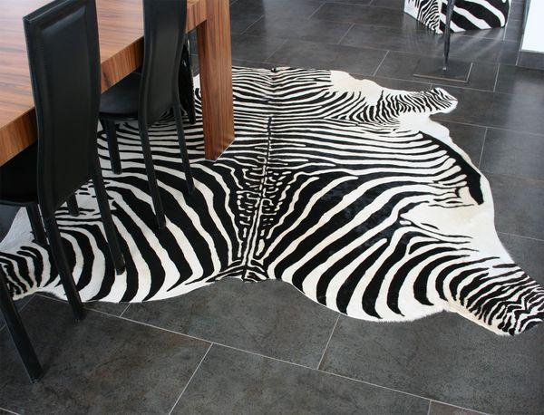 achetez tapis peau de vache neuf revente cadeau annonce. Black Bedroom Furniture Sets. Home Design Ideas