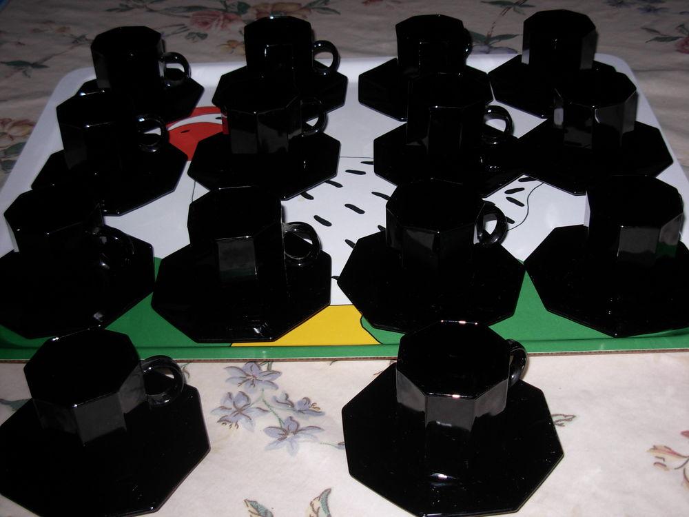 12 tasses à café, et 12 soucoupes noires en arcopal  2 Chénérailles (23)
