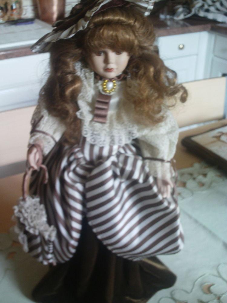 Très ancienne poupée élégante porcelaine N°801