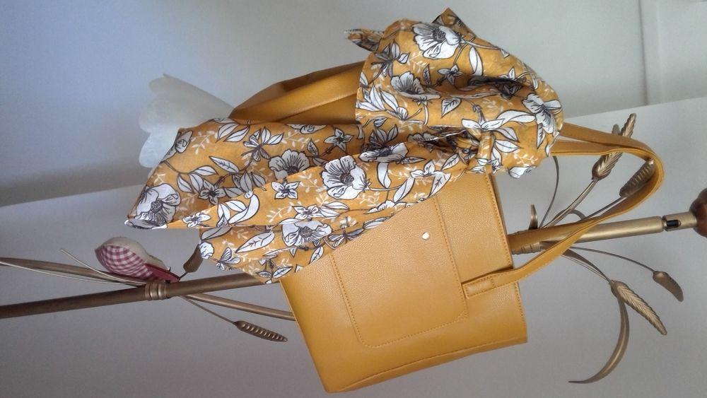 Très beau petit sac avec ou sans bandoulière et son foulard Maroquinerie