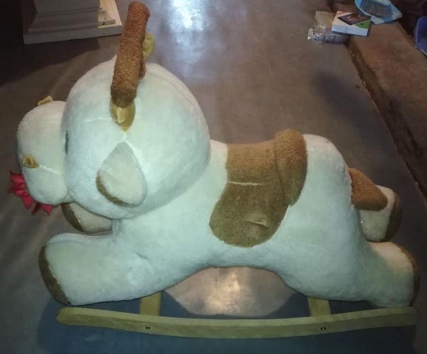 Vache à bascule en bois et peluche 15 Beaune (21)