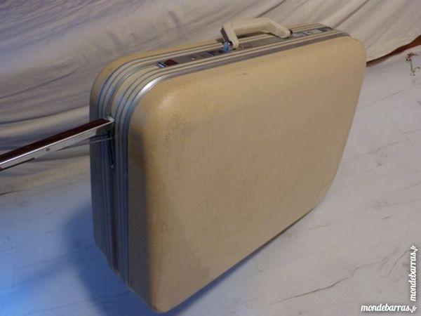 valise DELSEY 66x50x20 blanc cassé avec clefs. 22 Ozoir-la-Ferrière (77)