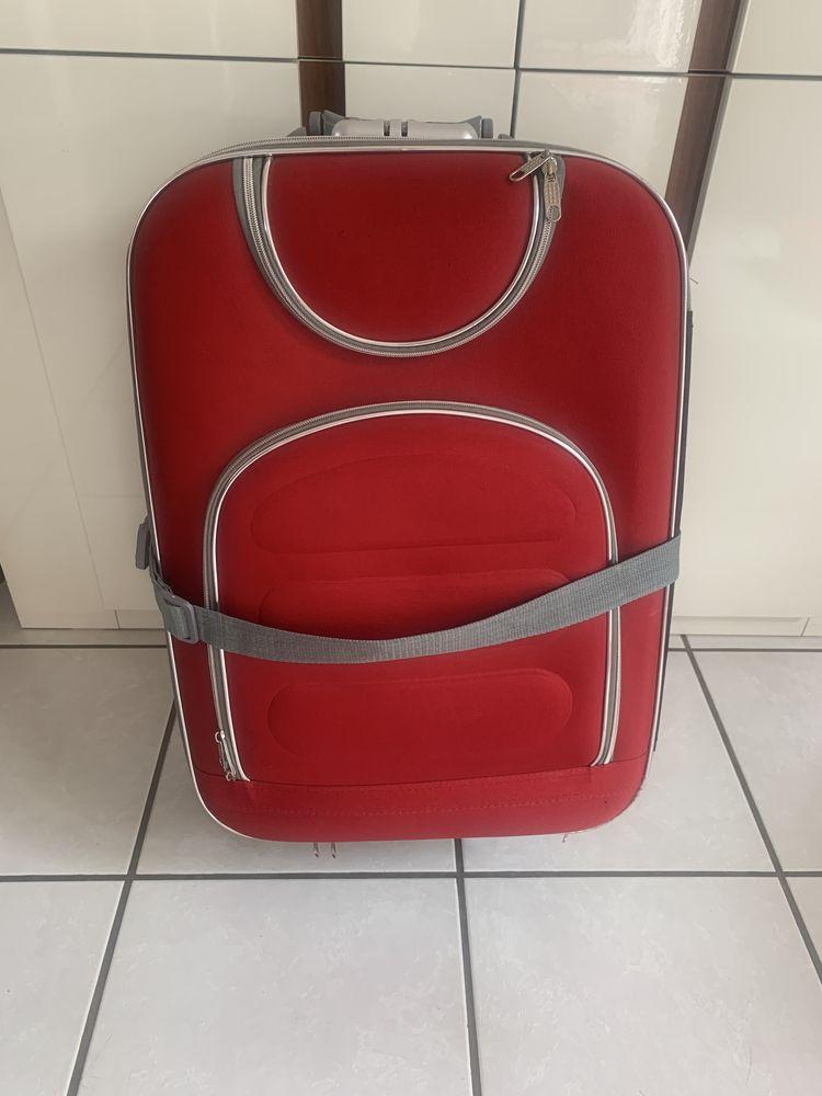 Valise rouge à 3 roues 30 Bompas (66)