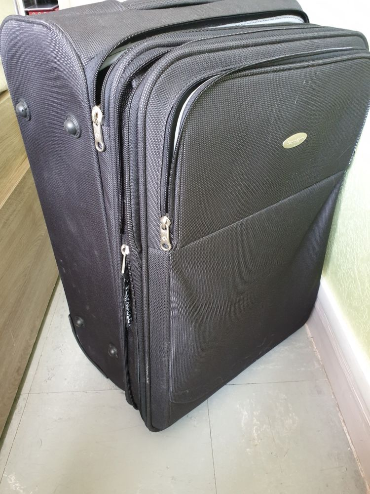 d une valise samsonite en tissu imperméable et résistant avec 2 roues. elle bénéficie d un système de soufflet permettant de gagner 5 cm de profondeur hauteur 53 cm largeur 36 cm profonfeur de 24 à 28 cm 30 Malakoff (92)