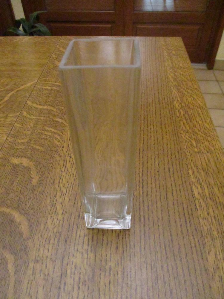 vase en  verre carré assez haut : 17 cm x 4,5 cm   0 Mérignies (59)