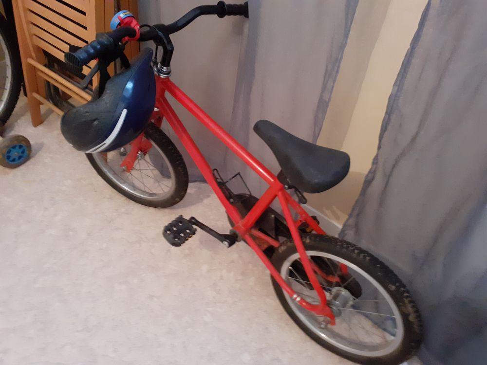 un vélo rouge enfant. Avec le casque. 45 Le Mans (72)