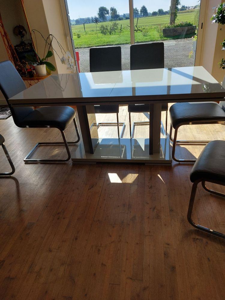vent table de salle à manger. 150 Saint-Brice-en-Coglès (35)