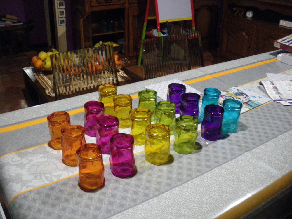 18 verres colorés torsadés  8 Calès (46)