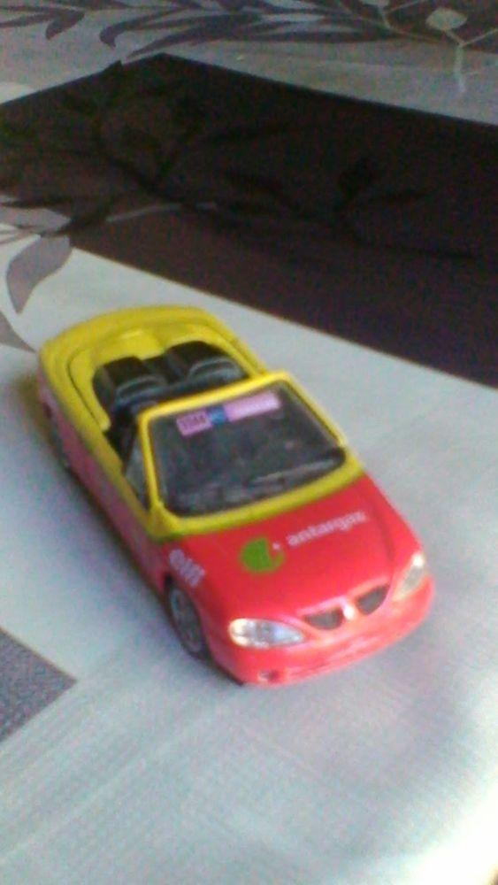 Voiture miniature Renault Mégane du tour de france  15 Avermes (03)