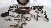 colliers, mors, cuirs pour chevaux