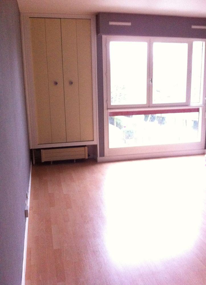 Location Appartement lumineux 2 p. rénové proche commerces. résidence familiale  à Élancourt