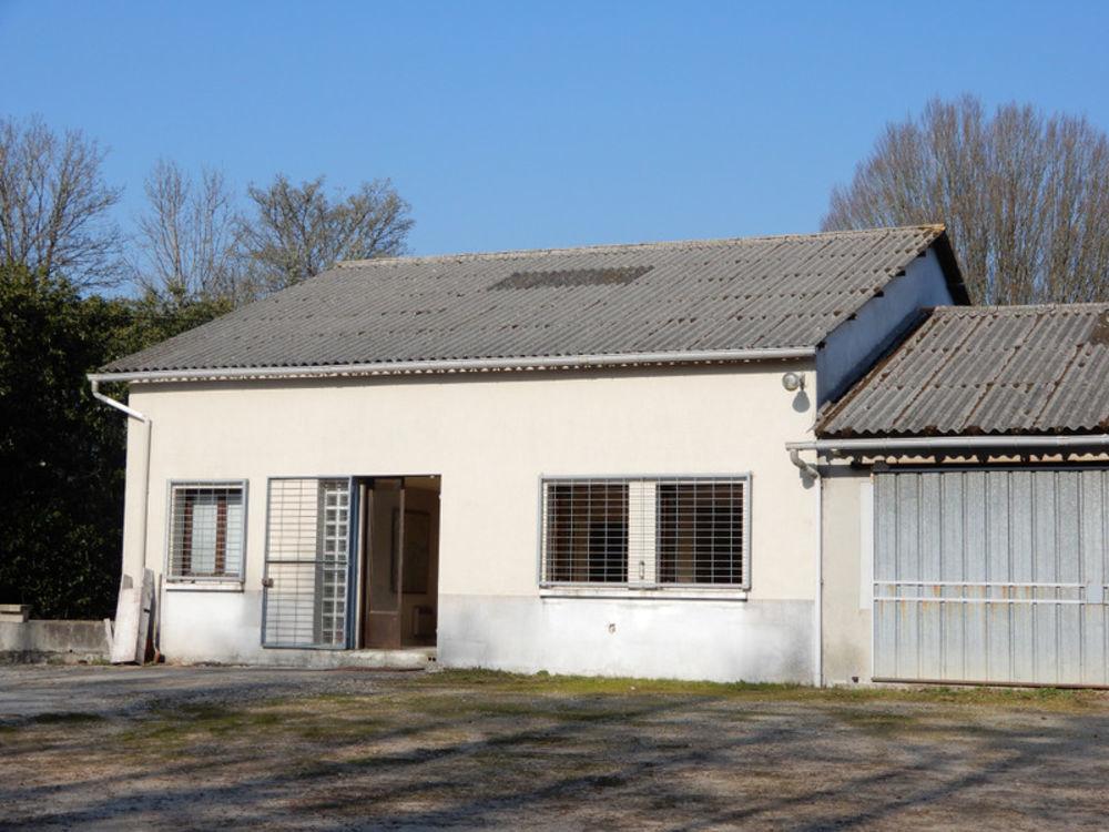 Vente Remise/Grange En bordure d'un joli village un ensemble de batiments en bon etat, dont l'un pourrait facilement se transformer en maison et deu Manot