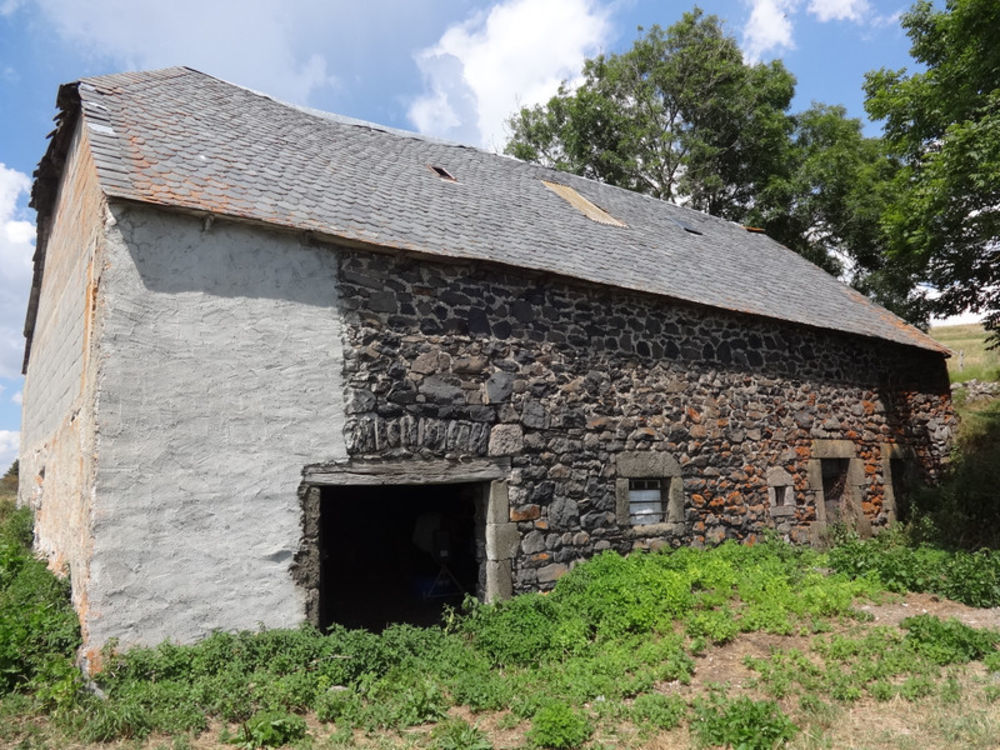 Vente Remise/Grange Grange à convertir en maison. Emplacement Emplacement Emplacement Emplacement Vues fantastiques vers les montagnes du Cantal. Su Landeyrat