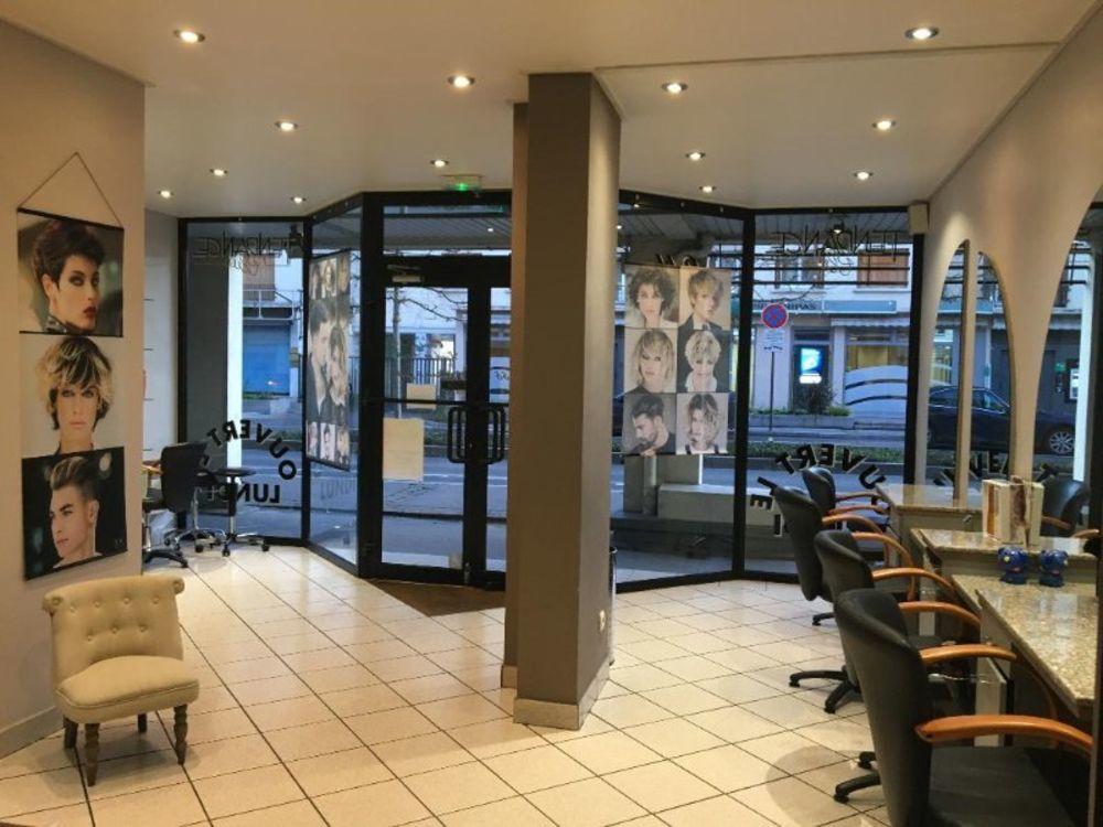 Salon de coiffure 80 m2 en plein centre du plessis-trevise 180000 €