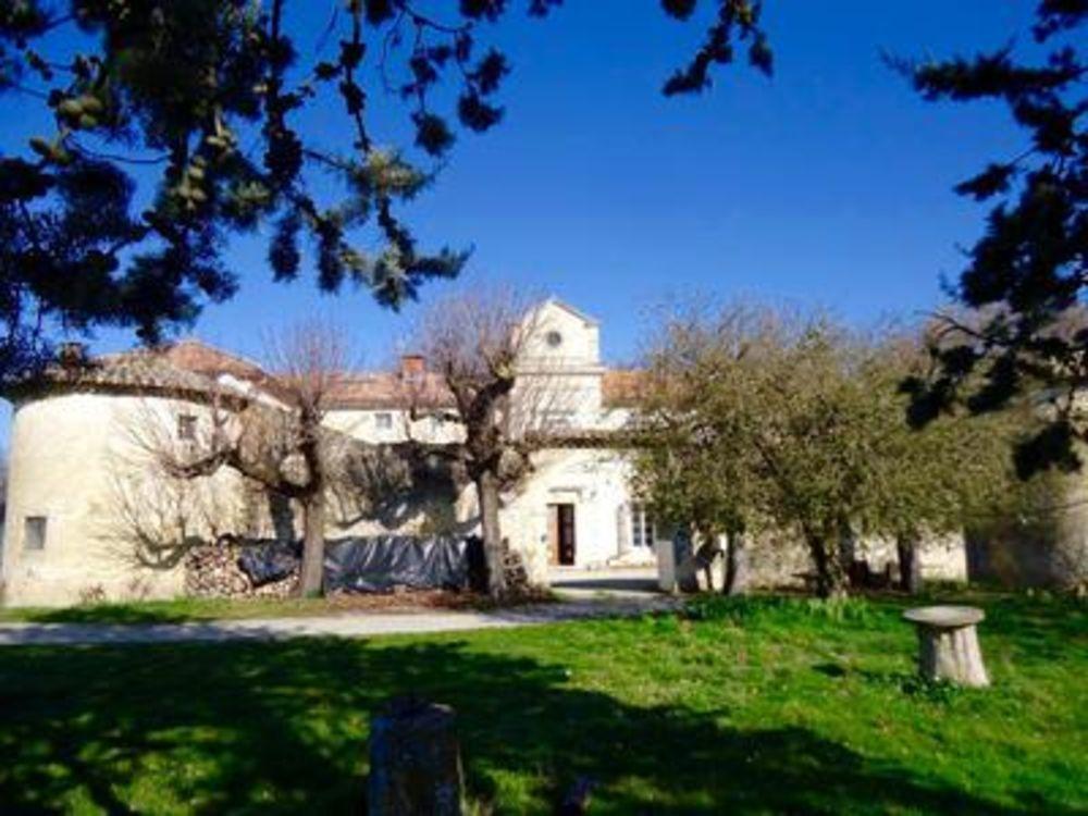 Vente Propriété/Château Rare.Proche Montelimar, ancienne et magnifique propriété,  au calme, sur 10 hectares de terrain. Fort potentiel.  à La rochebeaucourt-et-argentine