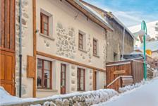 Très beau chalet au coeur de Deux Alpes. Entièrement rénové à un niveau élevé offrant dix chambres chacune avec salle d'eau. À 2 890000 Les Deux Alpes (38860)