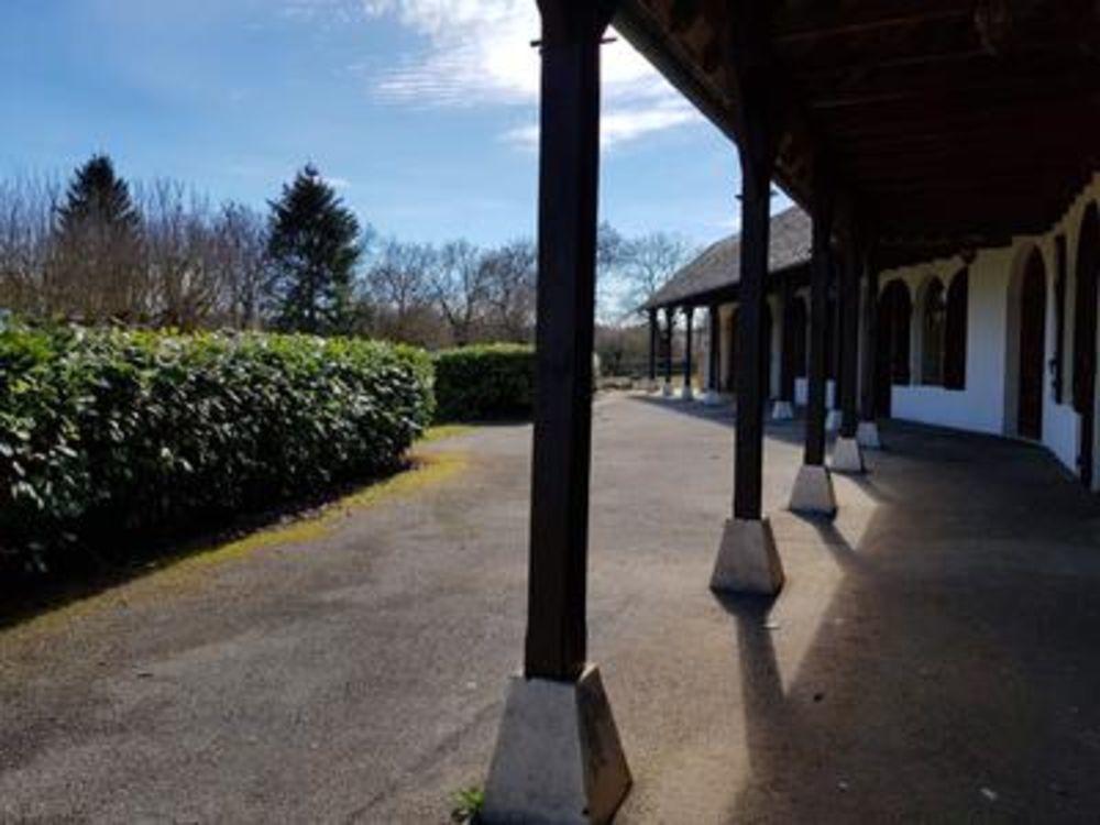 Vente Villa Bezonnes, maison d'architecte des années 1970. Sur plus de 3000m2 de terrain ce bien atypique, hors lotissement, offre des volum  à Rodelle