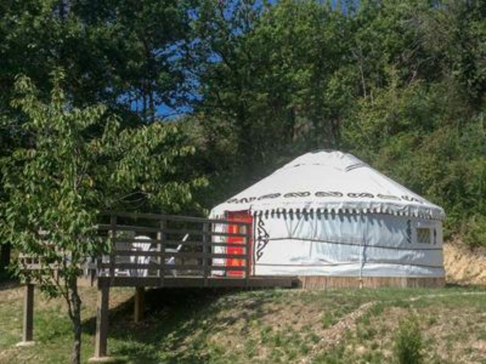 Vente Maison SOUS OFFRE : Belle propriété en pierre avec maison principal et gîte, camping 6 places avec 2 yurts, piscine sur 3 ha. Très bell  à Courbiac
