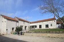 Ferme de caractère de six chambres située dans un village proche de Richelieu possède également un gîte d'une chambre, de nombre 366450 Courcoué (37120)