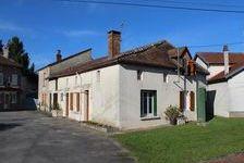 Belle maison d'hameau avec deux chambres, cuisine, salon, salle de bain et salle d'eau, grenier aménageable. Garage attenant et 109000 Le Dorat (87210)