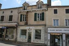 Magasin avec un grand appartement et jardin privé dans le centre ville de Piégut-Pluviers. 119900 Piégut-Pluviers (24360)