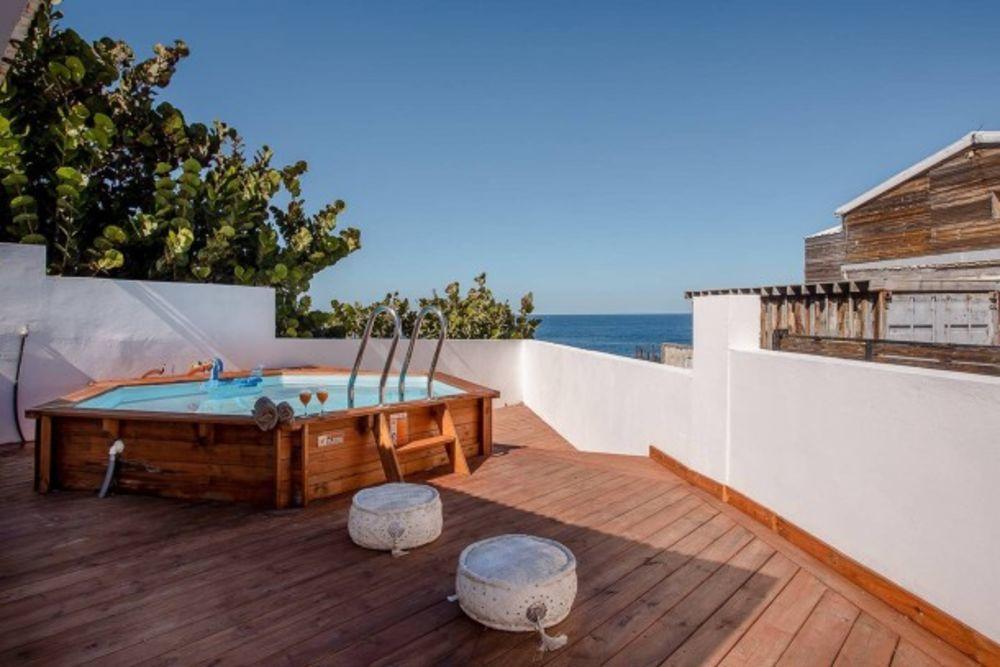 Exceptionnelle maison avec piscine Piscine privée - Bain à remous - Vue mer - Télévision - place de parking en extérieur . . . 582 € / Semaine DOM-TOM, Saint-Pierre (97410)